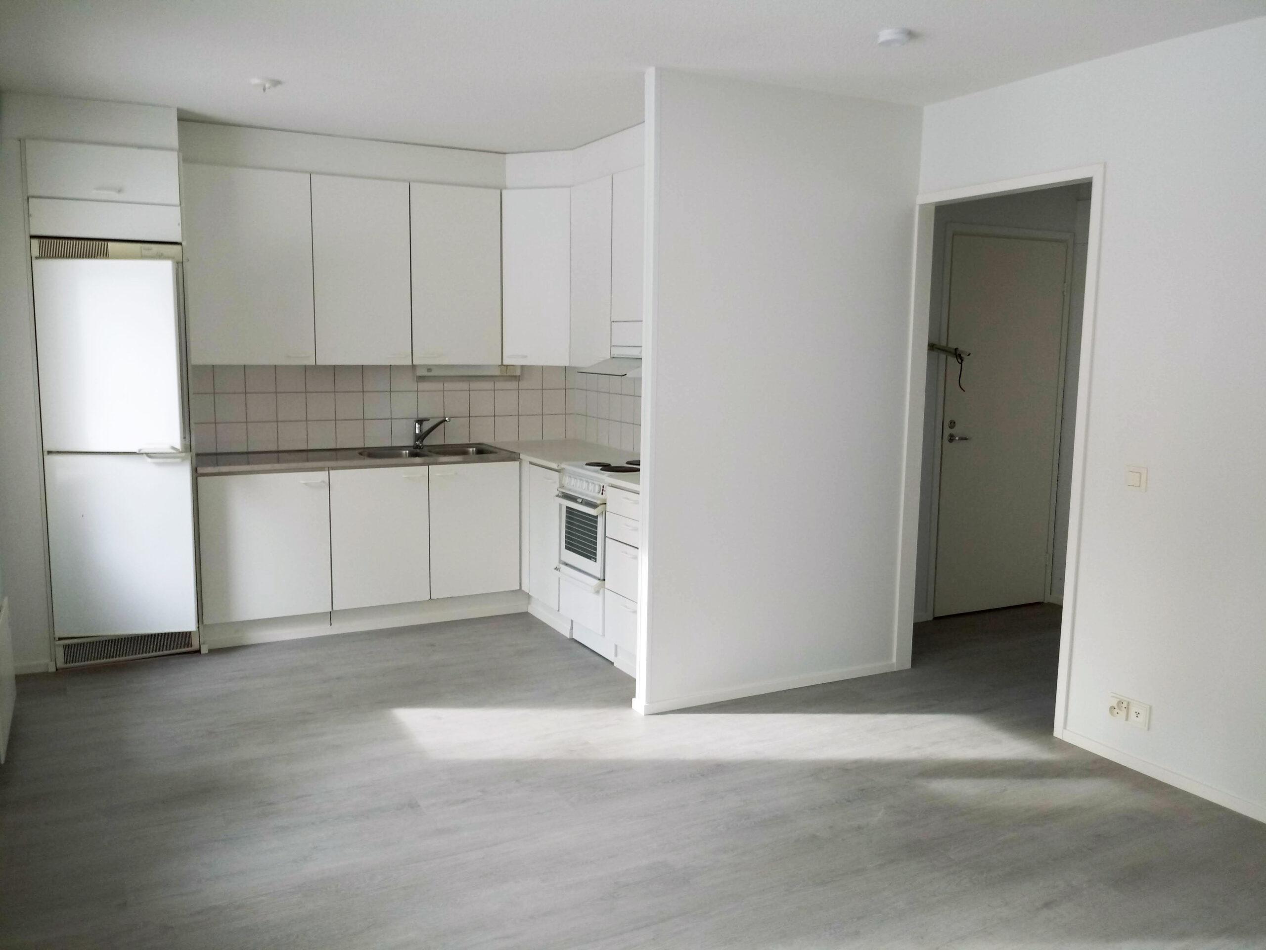 Kuvassa keittiö ja olohuone remontin jälkeen. Lattia on vaihdettu ja seinät tasoitettu ja maalattu.